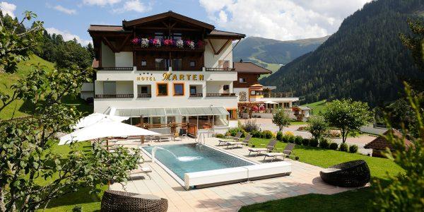 Hotel Marten im Sommer mit Außenpool