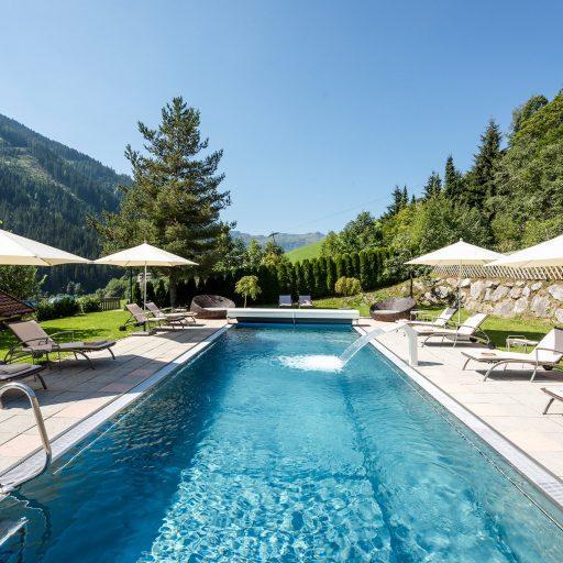 Garten mit Outdoor Pool Hotel Marten Saalbach-Hinterglemm